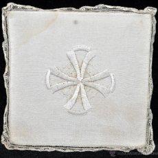 Antigüedades: ANTIGUA PALIA O CUBRE CÁLIZ EN ROPA DE LINO CON DECORACIONES BORDADAS A MANO. CIRCA 1900. Lote 44985530