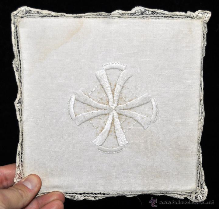 Antigüedades: ANTIGUA PALIA O CUBRE CÁLIZ EN ROPA DE LINO CON DECORACIONES BORDADAS A MANO. CIRCA 1900 - Foto 3 - 44985530