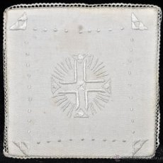 Antigüedades: ANTIGUA PALIA O CUBRE CÁLIZ EN ROPA DE LINO CON DECORACIONES BORDADAS A MANO. CIRCA 1900. Lote 44985572