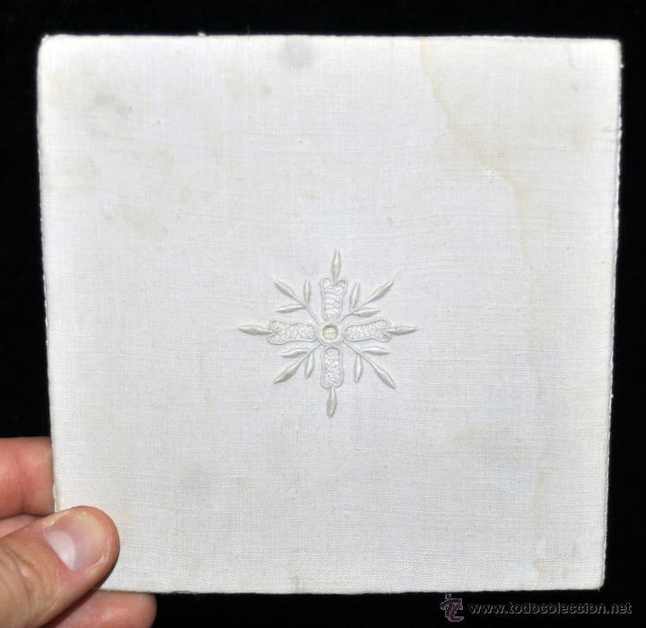 Antigüedades: ANTIGUA PALIA O CUBRE CÁLIZ EN ROPA DE LINO CON DECORACIONES BORDADAS A MANO. CIRCA 1900 - Foto 3 - 44985648