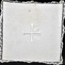 Antigüedades: ANTIGUA PALIA O CUBRE CÁLIZ EN ROPA DE LINO CON DECORACIONES BORDADAS A MANO. CIRCA 1900. Lote 44986466