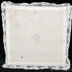 Antigüedades: ANTIGUA PALIA O CUBRE CÁLIZ EN ROPA DE LINO CON DECORACIONES BORDADAS A MANO. CIRCA 1900. Lote 44986689