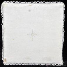Antigüedades: ANTIGUA PALIA O CUBRE CÁLIZ EN ROPA DE LINO CON DECORACIONES BORDADAS A MANO. CIRCA 1900. Lote 44987474