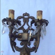 Antigüedades: APLIQUE DE DOS LUCES DE BRONCE Y CUENTAS DE CRISTAL.. Lote 44991867
