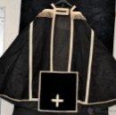 Antigüedades: CAPA PLUVIAL EN TELA DE DAMASCO RASO CON BORDADOS, PASAMANERÍA Y VELO DEL CÁLIZ. Lote 45002267