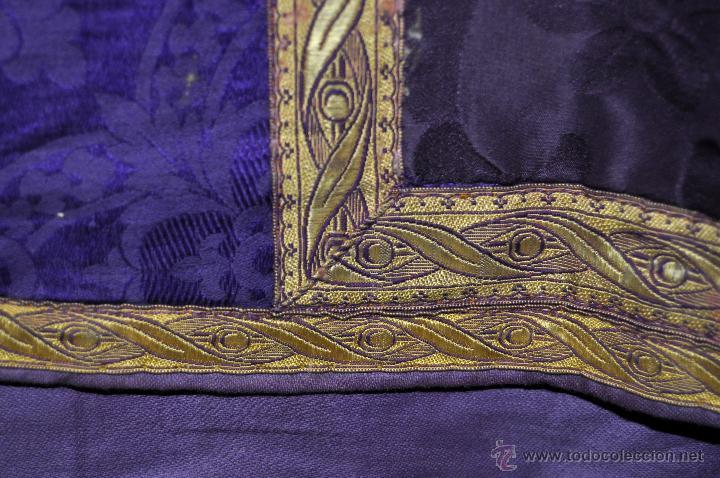 Antigüedades: CASULLA REALIZADA EN TELA DE DAMASCO RASO Y ADORNADA CON MOTIVOS BORDADOS EN HILO Y PASAMANERÍA - Foto 2 - 45002569