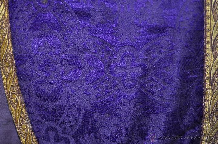 Antigüedades: CASULLA REALIZADA EN TELA DE DAMASCO RASO Y ADORNADA CON MOTIVOS BORDADOS EN HILO Y PASAMANERÍA - Foto 3 - 45002569