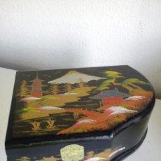 Antigüedades: PRECIOSO Y ANTIGUO JOYERO MUSICAL JAPONES HECHO EN MADERA CON ESPEJO PINTADO A MANO FONCIONA. Lote 45024893