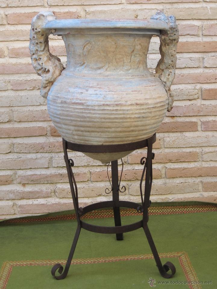 LOTE DE ANFORA ANTIGUA DE DOS ASAS Y PIE DE HIERRO FORJADO.. (Antigüedades - Porcelanas y Cerámicas - Otras)