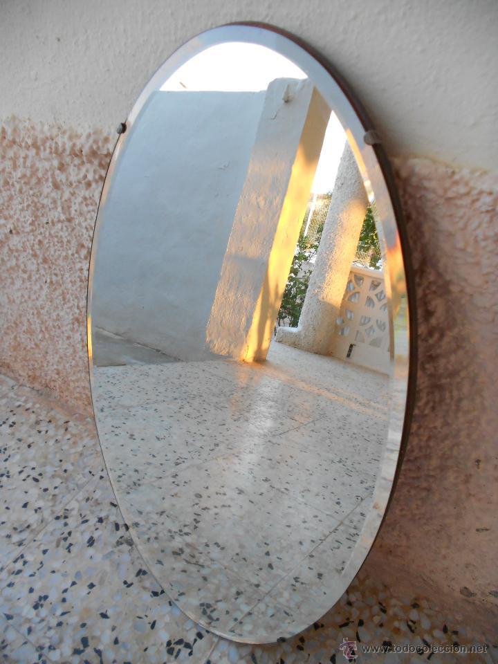 Espejo ovalado con la luna biselada puesta sobr comprar for Espejo ovalado madera