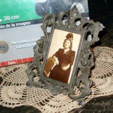Antigüedades: ANTIGUO Y MUY DELICADO PORTA FOTO EN PELTRE 10X15 AÑO 40. Lote 45160718