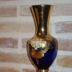 Antigüedades: ANTIGUO JARRON COPA DE CRISTAL VENECIANO AZUL COBALTO,TERMINACONES EN ORO Y RELIEVE DE FLORES.. Lote 45193132
