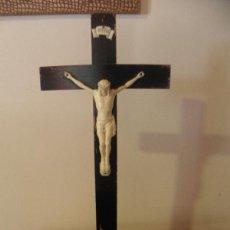 Antigüedades: CRUCIFIJO O CRUZ DE CRISTO , EN MADERA Y BAQUELITA. Lote 45212013