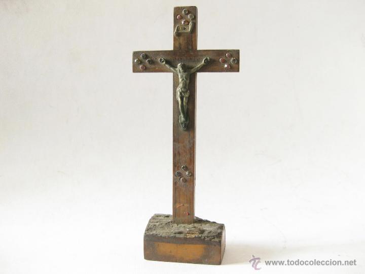 ANTIGUO CRUCIFIJO DE MADERA CON PIEDRAS O CRISTALES CON LA INSCRIPCION JERUSALEM (Antigüedades - Religiosas - Crucifijos Antiguos)
