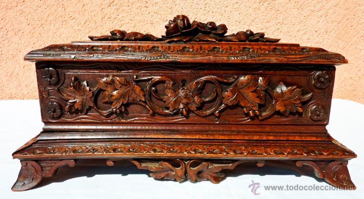 antigua caja joyero o secretero en madera de nogal tallada a mano
