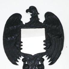 Antigüedades: CURIOSO ESPEJO ANTIGUA EN CHAPA CON AGUILA SAN JUAN AGARRANDO CRISTAL. Lote 45291812