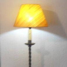 Antigüedades: LAMPARA DE PIE DE HIERRO CON PANTALLA NARANJA. Lote 45379365