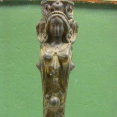 Antigüedades: REMATE DE HIERRO DE UNA ESFINGE DEL SIGLO XIX FRANCÉS. Lote 45436645