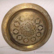 Antigüedades: PLATO DE LATÓN DECORADO , PARA COLGAR , 35 CM. Lote 45466282