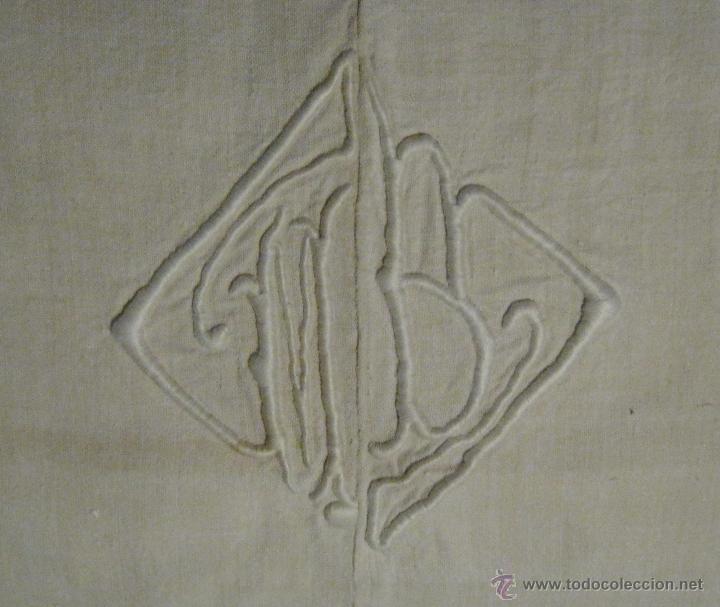 Antigüedades: ANTIGUA SÁBANA DE LINO CON COSTURA CENTRAL INICIALES BORDADAS A MANO S. XIX - Foto 2 - 45485699