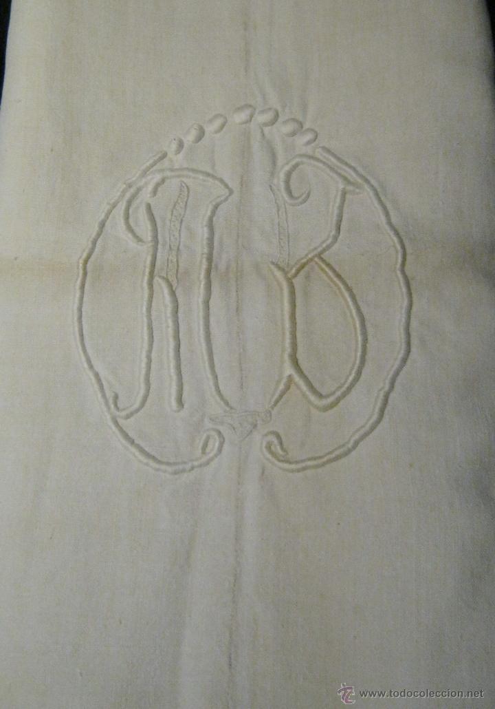 Antigüedades: ANTIGUA SÁBANA DE LINO CON COSTURA CENTRAL INICIALES BORDADAS A MANO S. XIX - Foto 2 - 45503013
