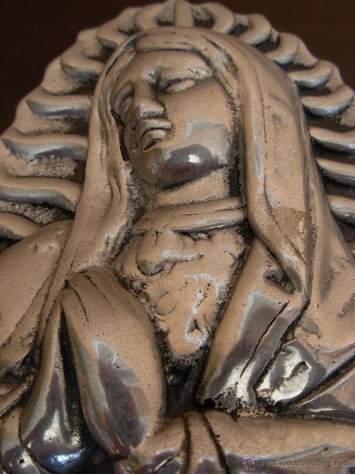 Antigüedades: Bonita imagen para colgar de Virgen en aluminio fundido - Foto 2 - 45505592