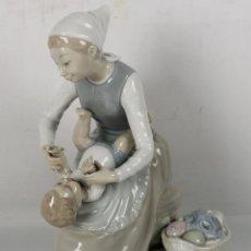 Antigüedades: FIGURA EN PORCELANA POLICROMADA Y VIDRIADA. MADRE CON NIÑO. NAO. MED S XX. . Lote 45525893