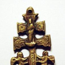 Antigüedades: ANTIGUA Y PEQUEÑA CRUZ DE CARAVACA DE BRONCE DE 5,50 CM. FINALES SIGLO XIX.. Lote 45557628