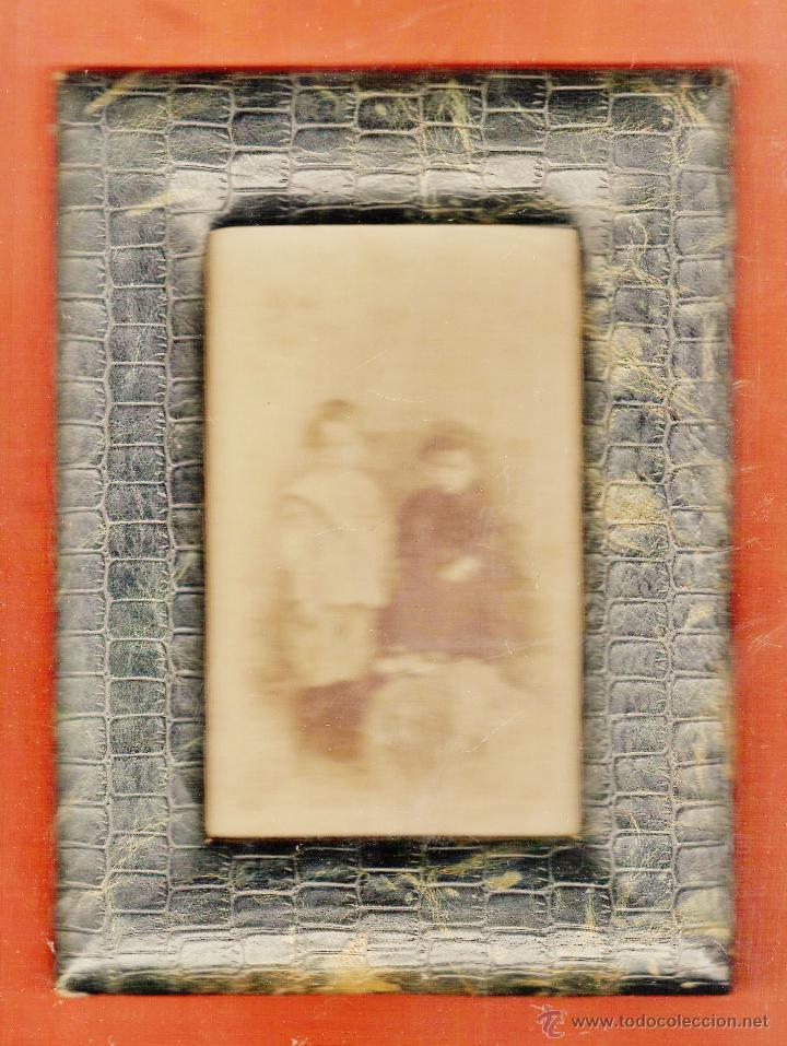 ANTIGUO PORTAFOTOS - PIEL TIPO COCODRILO CON CRISTAL - CON FOTOGRAFIA NIÑOS - AÑOS 10 - VER FOTO (Antigüedades - Hogar y Decoración - Portafotos Antiguos)