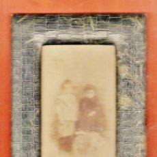 Antigüedades: ANTIGUO PORTAFOTOS - PIEL TIPO COCODRILO CON CRISTAL - CON FOTOGRAFIA NIÑOS - AÑOS 10 - VER FOTO . Lote 45564462