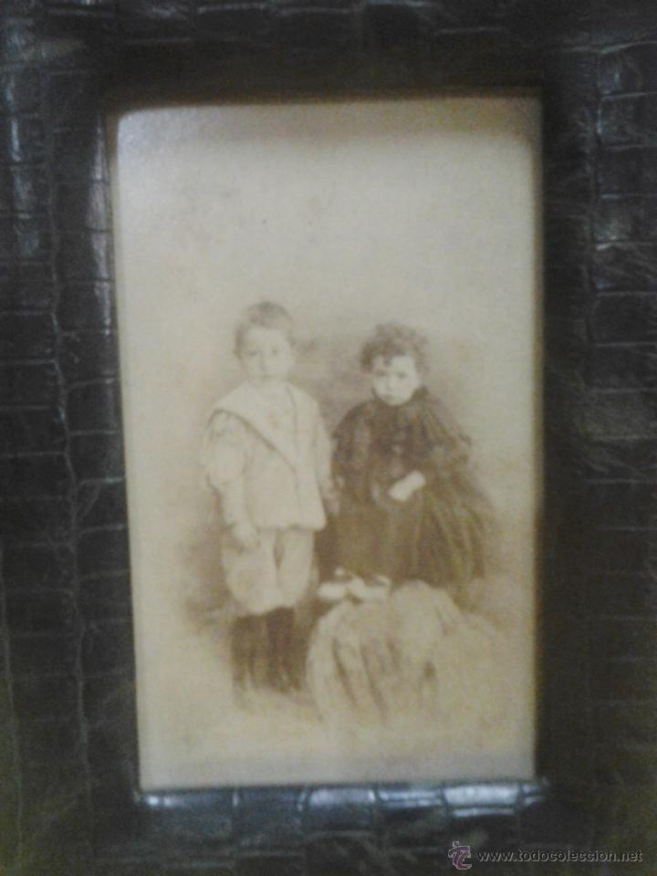 Antigüedades: antiguo portafotos - piel tipo cocodrilo con cristal - con fotografia niños - años 10 - ver foto - Foto 3 - 45564462