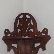 Antigüedades: RINCONERA DE MADERA NOBLE, PARECE CAOBA, CON DECORACIÓN CALADA.. Lote 45565808
