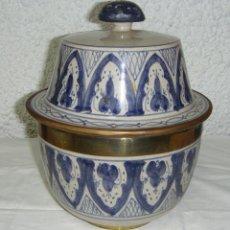 Antigüedades: CAJA, JARRÓN O TIBOR DE CERÁMICA. ARTESANÍA MARROQUÍ. PINTADA A MANO. (23 CM X 18 CM). FIRMA EN BASE. Lote 45578387