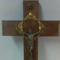 Antigüedades: CRUCIFIJO EN MADERA CON CRISTO METALICO ( PARA COLGAR ). Lote 45592207
