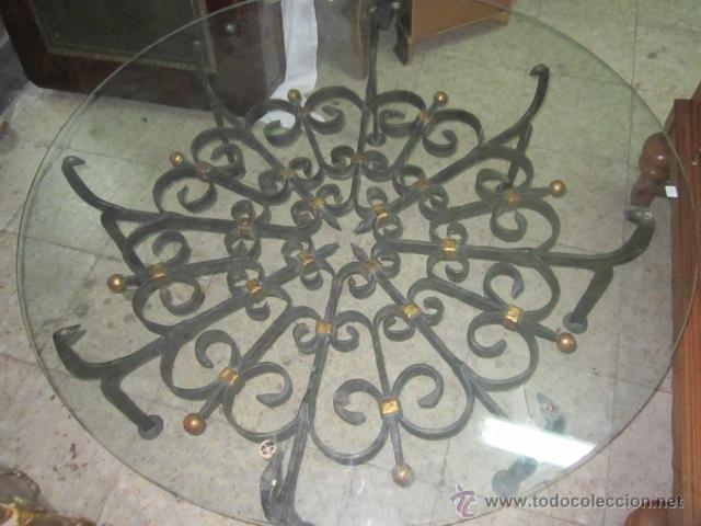 Antigüedades: Unica y antigua mesa redonda, centro sofá, con base de forja y cristal. 110 cms. diámetro cristal. - Foto 2 - 45594875