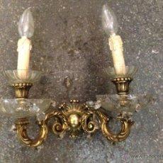 Antigüedades: APLIQUE BRONCE Y CRISTAL ANTIGUO. Lote 45595465