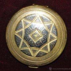 Antigüedades: PRECIOSA POLVERA EN METAL GRABADO Y PAVONADO. AÑOS 30. Lote 45612619