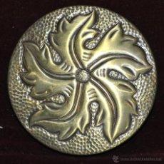 Antigüedades: PRECIOSA POLVERA EN METAL REPUJADO Y MARTELEADO. AÑOS 30. Lote 45612753