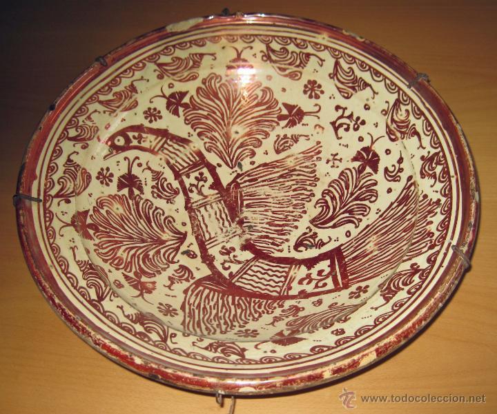 GRAN PLATO ETAPA DE DECADENCIA DE REFLEJO METALICO DE MANISES SIGLO XVIII. MOTIVO EL PARDALOT (Antigüedades - Porcelanas y Cerámicas - Manises)
