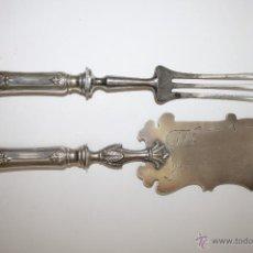 Antigüedades: SET DE SERVIR EN PLATA DE LEY CINCELADA A MANO. FINALES DEL SIGLO XIX. Lote 45626034