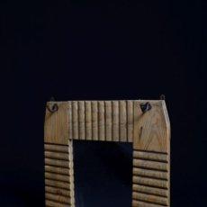Antigüedades: ESPEJO PERCHERO CON ESTANTE S. XIX - CURIOSO FRONTAL DECORADO CON RELIEVES - PERCHAS DE HIERRO. Lote 45697887