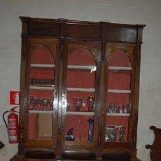 Antigua Vitrina - Isabelina - 3 puertas - Madera de Nogal - S. XIX