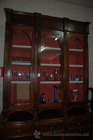 Antigüedades: Antigua Vitrina - Isabelina - 3 puertas - Madera de Nogal - S. XIX - Foto 2 - 45705433