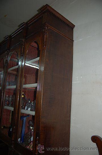 Antigüedades: Antigua Vitrina - Isabelina - 3 puertas - Madera de Nogal - S. XIX - Foto 9 - 45705433