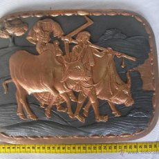 Antigüedades: ANTIGUA PLANCHA METAL COBRE O SIMILAR GRABADA ARTESANALMENTE ESCENAS INDIAS Y ORIENTALES . Lote 45721259