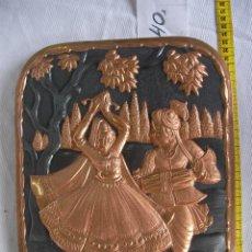 Antigüedades: ANTIGUA PLANCHA METAL COBRE O SIMILAR GRABADA ARTESANALMENTE ESCENAS INDIAS Y ORIENTALES . Lote 45721274