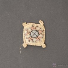 Antigüedades: AMULETO BORDADO EN FORMA DE COJÍN. . Lote 45747677