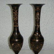 Antigüedades: PAREJA DE JARRONES DE METAL TRABAJADO CON BURIL A MANO. 28 CM. Lote 45759900