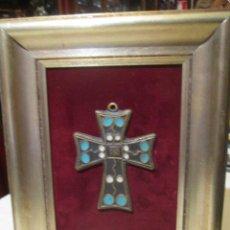 Antigüedades - Antiguo crucifijo de bronce, con esmaltes, sobre marco de madera. Medida cruz: 10 x 7 cms. - 45762196