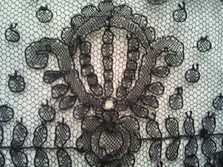 Antigüedades: PRECIOSA MANTILLA CHANTILLY HECHA A MANO POR ARTESANAS DE ALMAGRO XVIII HECHA A MANO IMPECABLE - Foto 3 - 45799973